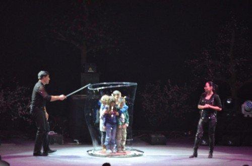 Fan Yang çocukları baloncuk içine alıyor :)