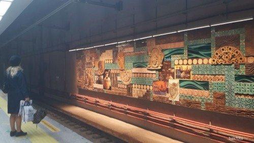 Marmaray peronunda bir duvar paneli