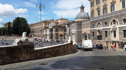 Popola Meydanındaki şehir surlarından dışarıya çıkan arabalar