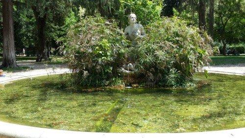 Borghese parkı- Pincio bahçesinde bir süs çeşmesi (Hz. Musa'nın annesi tarafından Nil nehrine bırakılışı tasvir edilmiş)