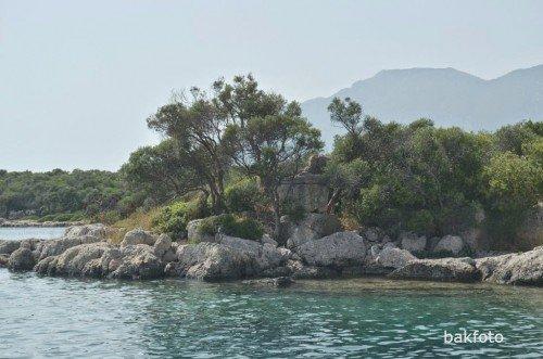 üçlü ada takımından Kedrai dışındaki adanın yanından geçerken gördüğüm antik kalıntılardan