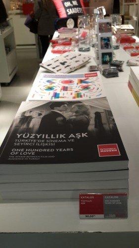 Mağaza bölümünde kitap