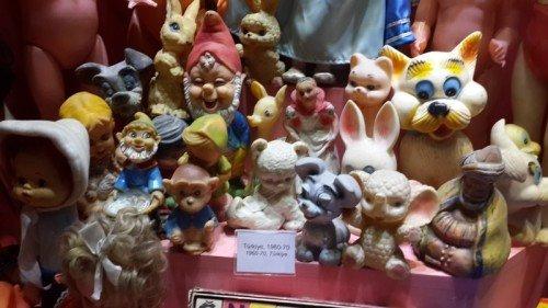 Oyuncak Müzesinde çeşitli bebekler