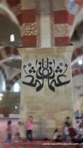 Eski Cami içinde oyun oynayan çocuklar