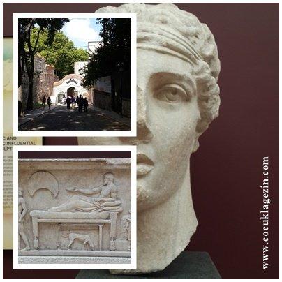 Dünyada bilinen ilk kadın şair Sappho'nun büstü İstanbul Arkeoloji Müzesinde yer alır. Topkapı Sarayından Arkeoloji Müzesine inilen sokak- Taşöz Mezar Steli İÖ 470-460