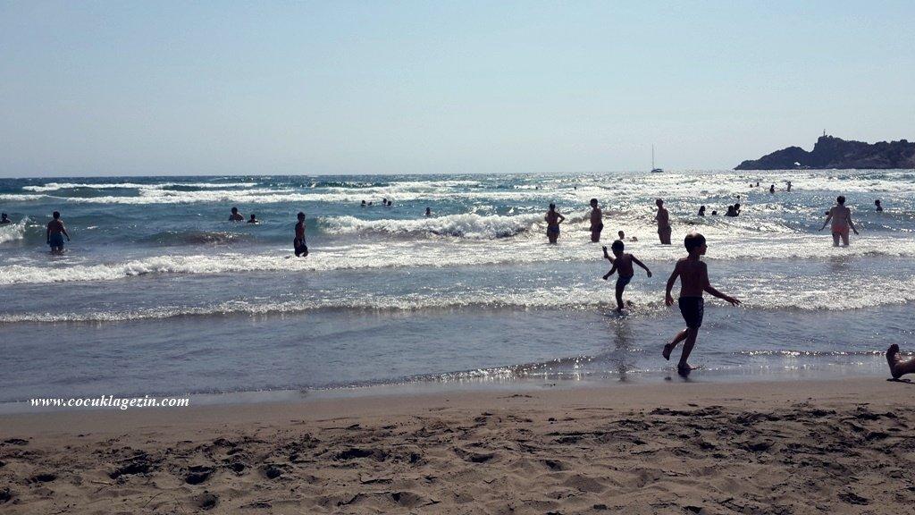 Dalyan İztuzu Plajında dalgalı denizde çocuklar eğleniyor