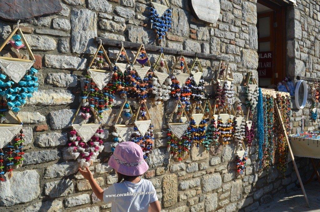 Eski Datça'da yerel halkın yapmış olduğu geleneksel elişleri bizim dikkatimiz çekti.