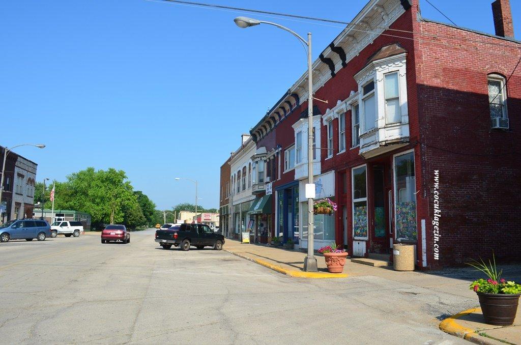 """Momence kasabası hala eski binalarını koruyor. Bu nedenle birçok Holywood filmi burada çekilmiş. 2002 yılında çekilen Paul Neman & Tom Hanks rol aldığı """" The Road to Perdition"""" bunlardan bir tanesi.."""