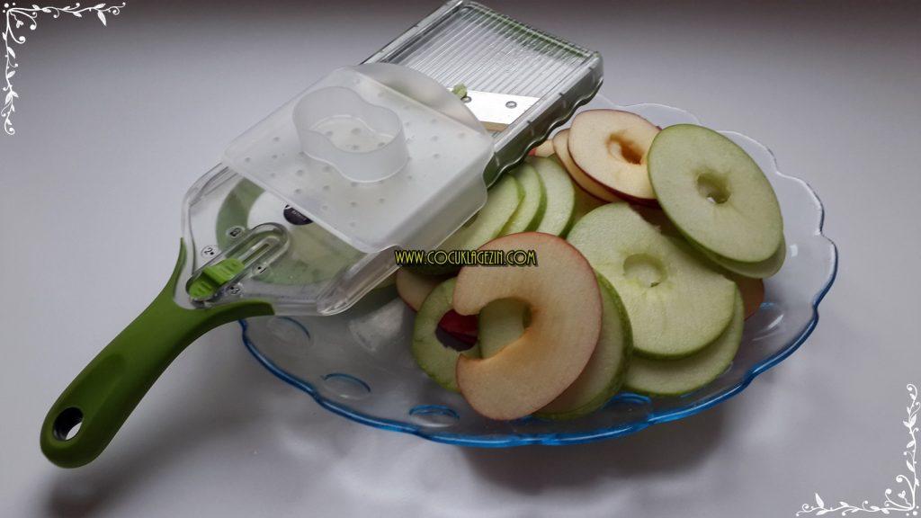 Elma cips için dilimleri hazırlamak böyle bir dilimleyici ile çok daha kolay oluyor. yalnız kullanırken elinize dikkat edin ;) İsterseniz bıçakla da kesebilirsiniz.