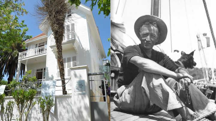 Sait Faik Abasıyanık'ı ada iskelesinde gören Ara Güler'in çektiği fotoğraftır ve yazarın yaşadığı ev şimdilerde bir müze