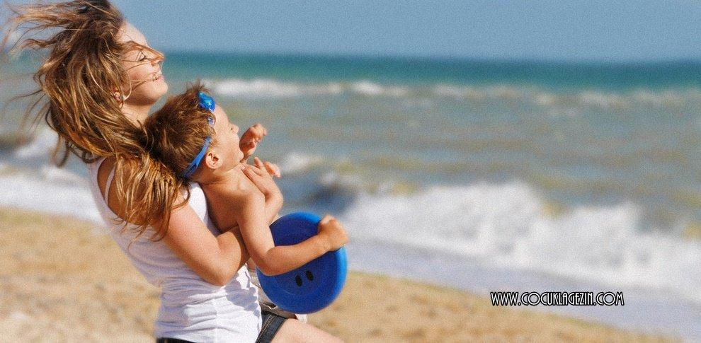 Anne çocuk plaj keyfisi
