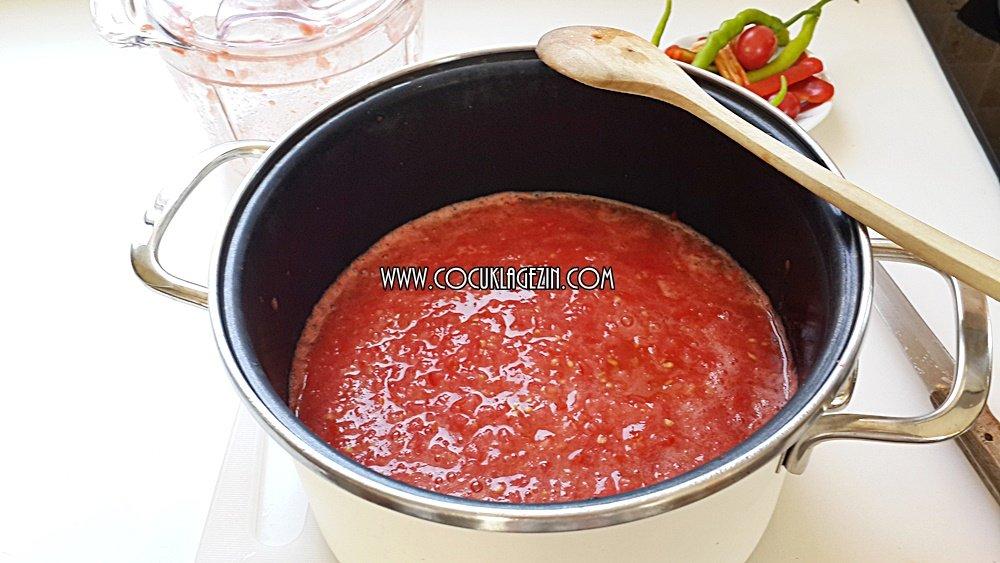 Domates sosunu tencereye alın ve kaynatmaya başlayın
