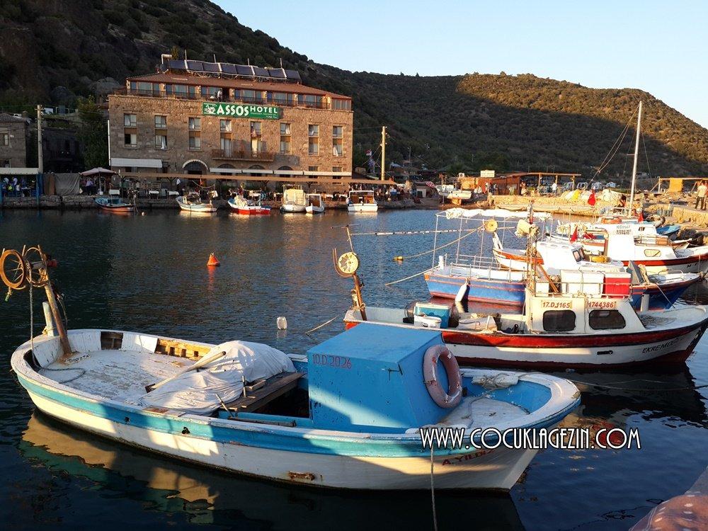 Assos'ta gün batarken tüm balıkçılar limana dönmüş oluyor. Teknede balık ekmek satıyorlar.
