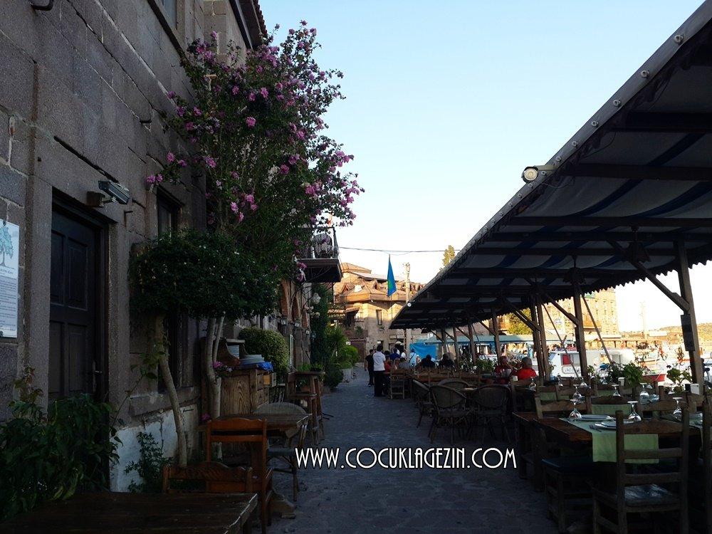 Assos sahil kenarında balık restoranları dizilmiş. Hepsinde manzara aynı ;)