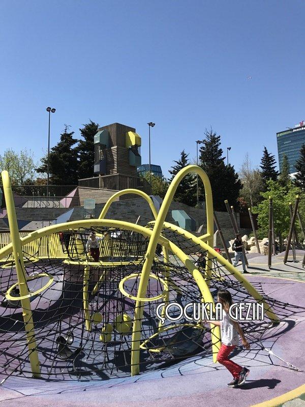 Oyun parkında yer alan örümcek ağı ve arkasında yer alan kule çocukların en sevdiği noktalardan