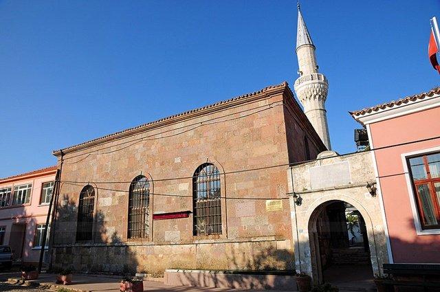 Merkezde yer alan Alaybey Camii adaya başka bir hava katıyor