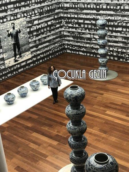 SSM'de yer alan büyük holde sergilene eserler, Çin Hanedanlığı dönemine ait porselen teknikleriyle çalışılmış, ama üstünde anlatılanlar günümüze ait. Çook çarpıcı!