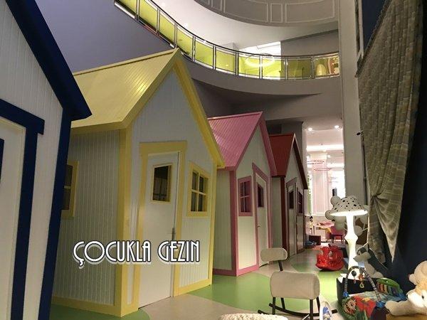 Çocuk oyun alanında yer alan bu evler bebekli anneler için mükemmel!