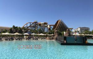 Infinity pool ve Magicone adrenalin su kaydırağı. Havuzun içinde ayrı bir havuz yer alıyor dikkat ederseniz, burası deniz suyu ile doldurulmuş.