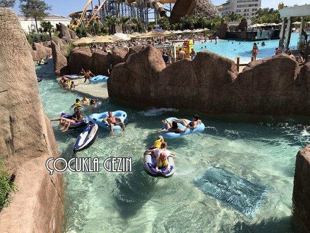Crazy River - Çılgın nehirde çocuklarla bot heyecanına ne dersiniz?
